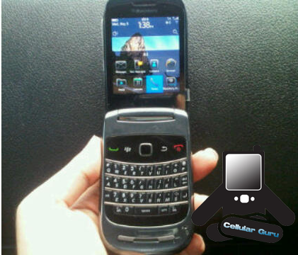 Clamshell-9670  BlackBerry 9670 flip smartphone spotted with OS6