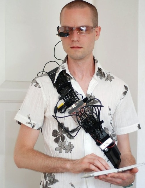 500x_wearable-computer iPhone connects wearable computer to internet, man is now Cyborg