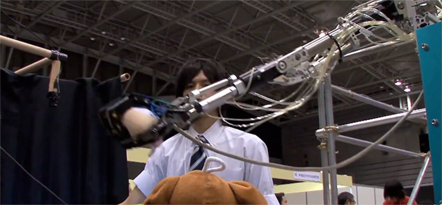 robot-arm-gesture Gesture-driven robotic arm narrows the gap for 3D virtual user interfaces