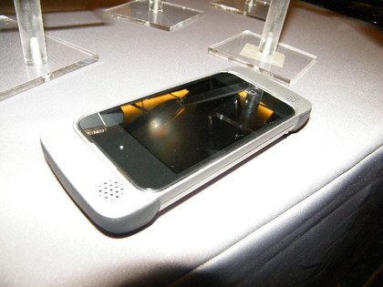 mophie-pulse1-420-90 Mophie Pulse gives your iPhone 4 a louder bark, bigger bite
