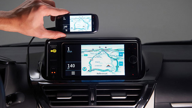 111026-toyota  Toyota iQ Enlarges Your Smartphone Display To Your HUD