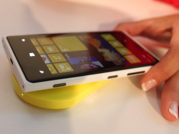 nokia-lumia-920-charging Nokia Lumia 920 Windows Phone 8 Deal for Just $70