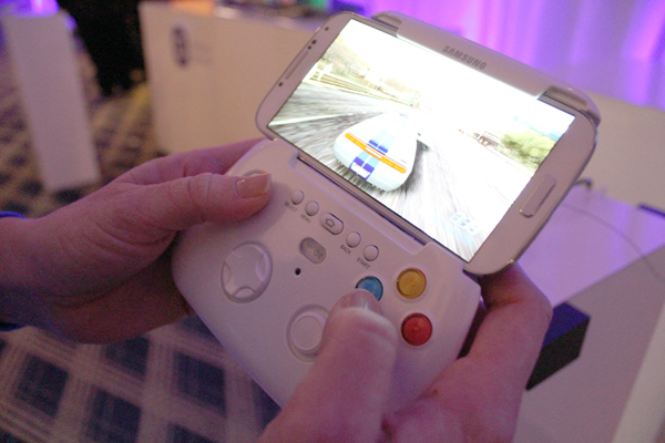 samsungcontroller Galaxy S4 gets its own Bluetooth game controller