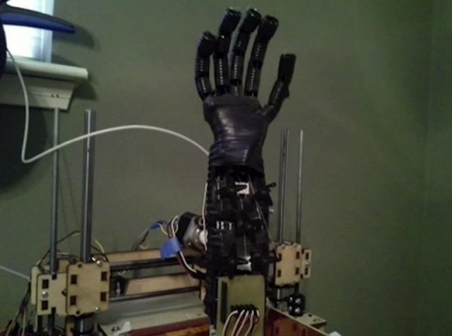 130813-prosthetic1-640x476 Teen Uses 3D Printer to Make Robotic Prosthetic Arms for $500