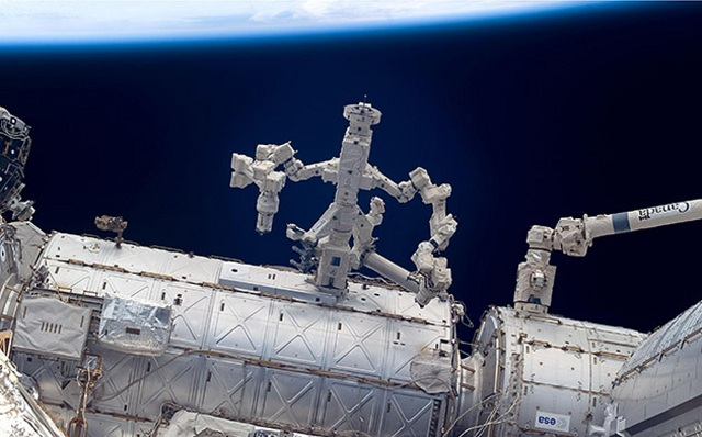 dextre-canadarm02 Robot Fixing Itself On The ISS (Video)
